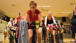 Sportstudio Dokkum fietst voor stichting Overlever