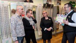Specsavers Dokkum geeft financiële bijdrage aan Stichting Altijd Doen