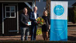 Jan en Anita Merkus ontvangen uit handen van wethouder Harjan Bruining het MVO vignet