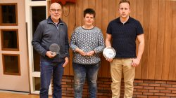 Kees Adema, 30 jaar, Hinke Postma 20 jaar en Tjibbe Jan van assen 5 jaar trouw lid.