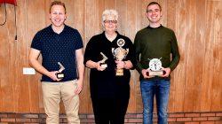 Tjibbe Jan van Assen, Lineke Sijtsma en Jan de Jong met hun prijzen