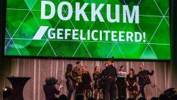 Het winnende winkelteam uit Dokkum op het podium bij de prijsuitreiking