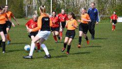 De meisjes in actie op toernooi