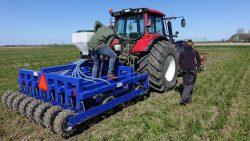 Boeren Waadrâne demonstreren bijzondere zaaimachine