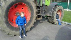 Koningin Julianaschool brengt bezoek aan de boerderij