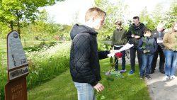 Leerlingen herdenken slachtoffers van de in mei 1942 gecrashte Engelse bommenwerper.