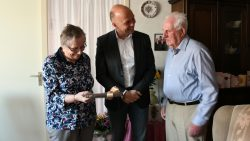 Wethouder de Vries overhandigt de huwelijksakte