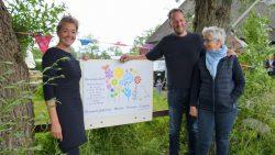 Camping Bloemenparadyske geopend door mevrouw van der Woude ( rechts)