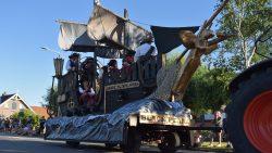 Anjum viert dorpsfeest met versierde optocht