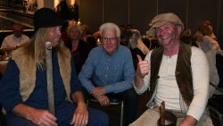 Indringers Jan Binnes en Salomon Levy nemen plaats in de zaal