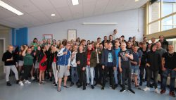 Geslaagden Lauwers College Kollum proosten op hun succes
