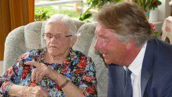 Burgemeester Apotheker op bezoek bij Mevrouw Gatske Wouda -Braaksma