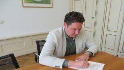 Wethouder Rommy Kempenaar mede voorzitter Algemeen Bestuur  Werk-/leerbedrijf NEF tekent koopovereenkomst bouwkavel bedrijventerrein Betterwird.
