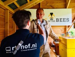 Jannneke de Boer spreekt met de bijenhouder van de Kruidhof