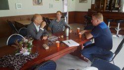 Wethouder Jouke Douwe de Vries op bezoek in Munnekezijl.