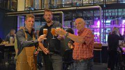 Tim Cuperus, Beau de Bruin en Warner Banga met bier de Friesche Pinas