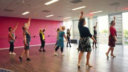 Salsa Latin Solo dansen in het nieuwe theater van Kollum