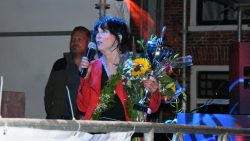 Winnares Dorrie Hilboezen bedankt hier iedereen, die haar gesteund heeft