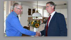 Wethouder Berends feliciteert de heer Rekker