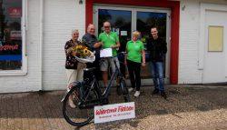 """Uitreiking gewonnen fiets """"Fietsvrienden Lauwersland."""""""