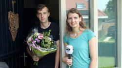 Klaas Durk Dijkstra ontvangt Simmerblomke voor moeder Jitske