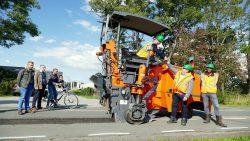 Wethouder Kees Wielstra geeft directeur G. Kempenaar van Jansma Drachten een hand.