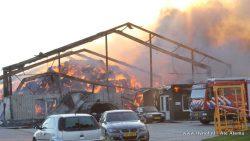 Grote brand in loods aan de Nittersweg in Munnekezijl