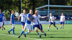Rob Dijkstra (midden) probeert gevaarlijk te zijn uit een corner
