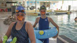 Anna en Mare openden de zwem4daagse als eendjes