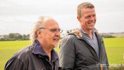 Jan Ketelaar (links) bekijkt de voortgang van het plaatsen van zijn beeld