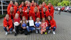 Dames SC Heerenveen op bezoek bij Sake Store