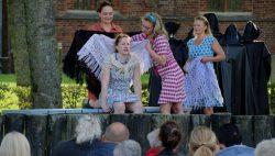 Zeevrouwen spelen Musical op het Maartensplein in Kollum
