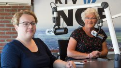 Sjoeke de Beer en Hinnie Elzinga over concert Joke Buis in De Westereen
