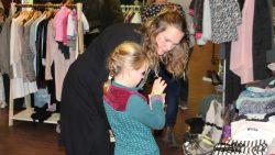 Dameskleding en kinderkleding werd aangeboden tegen kleine prijsjes
