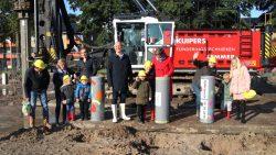 Eerste paal voor het Kindcentrum Kollum de grond in