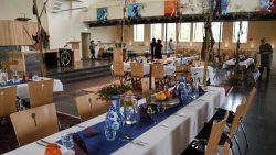 De sfeervol ingerichte kerk voor het diner