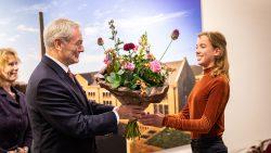Dijkgraaf Paul van Erkelens installeert jeugddijkgraaf Merel Fiets bij Wetterskip Fryslân