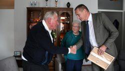 Wethouder Boerema feliciteert echtpaar de Jong uit Metslawier