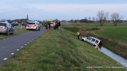 Auto in sloot bij Holwerd