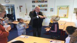 Franse onderwijsdeskundigen op bezoek bij CBS De Frissel in Feanwâlden
