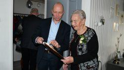 Wethouder de Vries toont huwelijksakte aan mevrouw Joustra