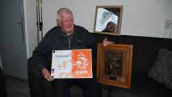 De heer Joustra met zijn oorkondes van de KNVB, VV Dokkum en LBA.