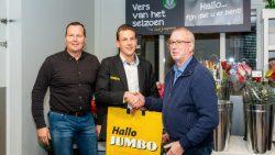Titus Vogt en Peter Feenstra feliciteren secretaris Jan Buwalda