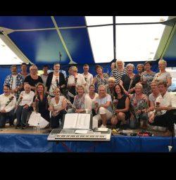 Popkoor Wad'n Koor uit Holwerd geeft een optreden in Het Amelander Veerhuis