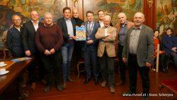 Burgemeester Kramer ontvangt verzamelboek historische plaatjes