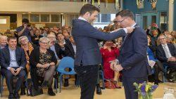 Nieuwe burgemeester van Ameland, Leo Pieter Stoel, neemt de ambtsketen in ontvangst