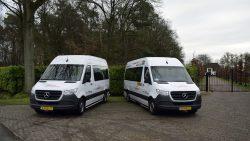 Links op de foto staat de nieuwe bus van De Stichting BoodschappenPlusBus de Lauwers uit Kollum