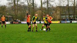 Andre Turkstra, linkse speler in geel-groen maakte het enige doelpunt (Meer verslag op www.rtvnof.nl)