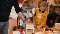 Vogelwacht en kinderen maken op school samen nestkastjes