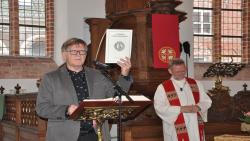 Prekenbundel over het boek Openbaring in Grote- of Martinuskerk in Dokkum aangeboden